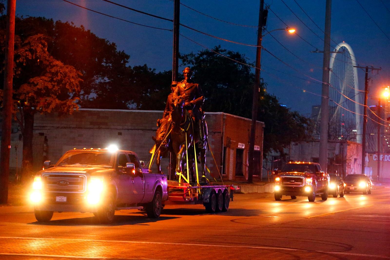 En statue av Robert E. Lee får politieskorte etter å ha blitt fjernet fra parken med samme navn i Dallas.