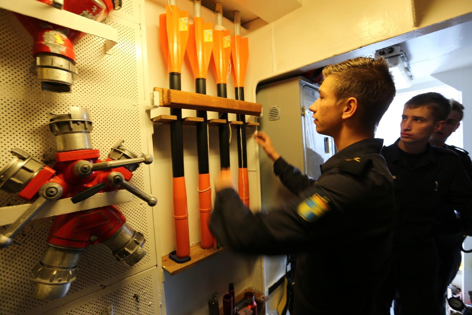 BRANNVERN: De vernepliktige om bord, her ved (foran) Erik Grindheim fra Bergen, har ansvaret for brannvernet. Her sjekker de utstyrsrommet.