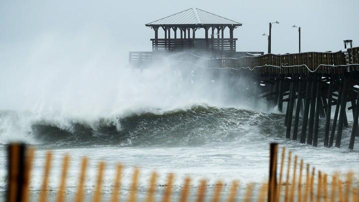 Bølger slår mot kysten av Nord-Carolina - Foto: CHIP SOMODEVILLA/AFP