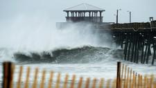 Bølger slår mot kysten av Nord-Carolina ved Atlantic Beach i Nord-Carolina da orkanen «Florence» feide inn over kysten fredag.