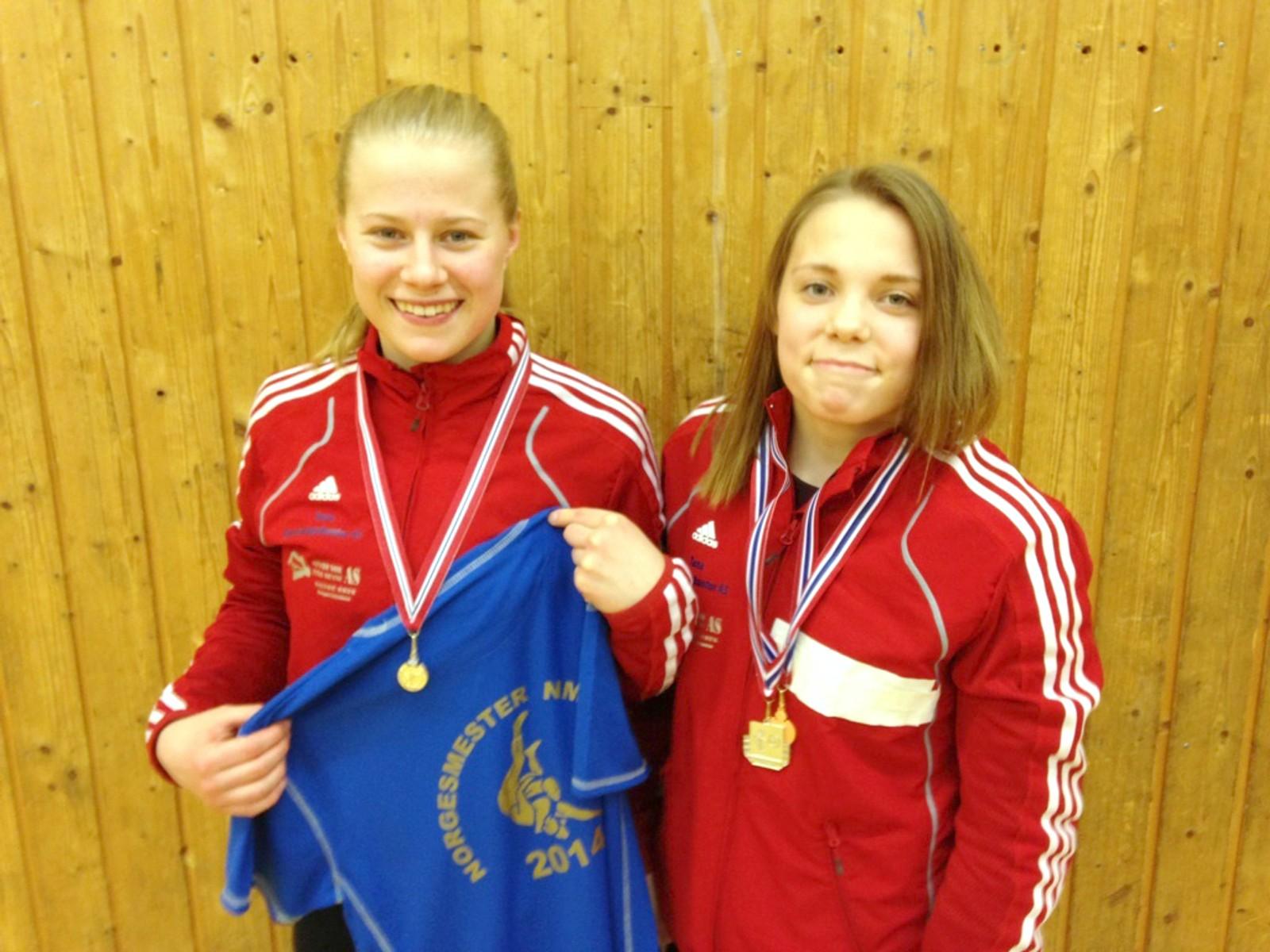 Signe Marie Fidje Store og Gunn Rita Boine, begge fra bryteklubben Tana.