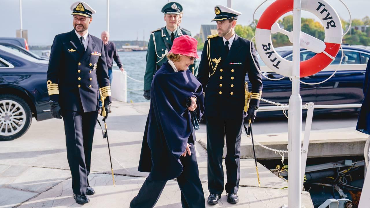 Dronningen går om bord sjaluppen for å debarkere kongeskipet Norge.