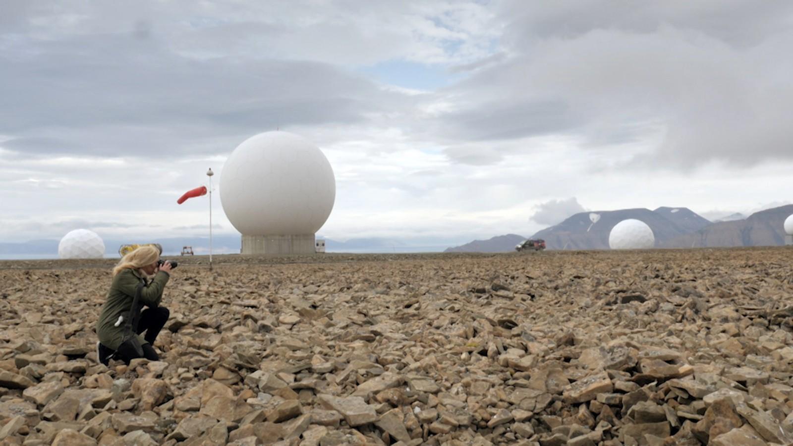 Maja Lunde besøker satellittstasjonen på Svalbard.