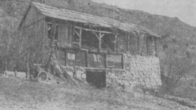 Denne løa på Husabø vart ramponert av ei bombe.