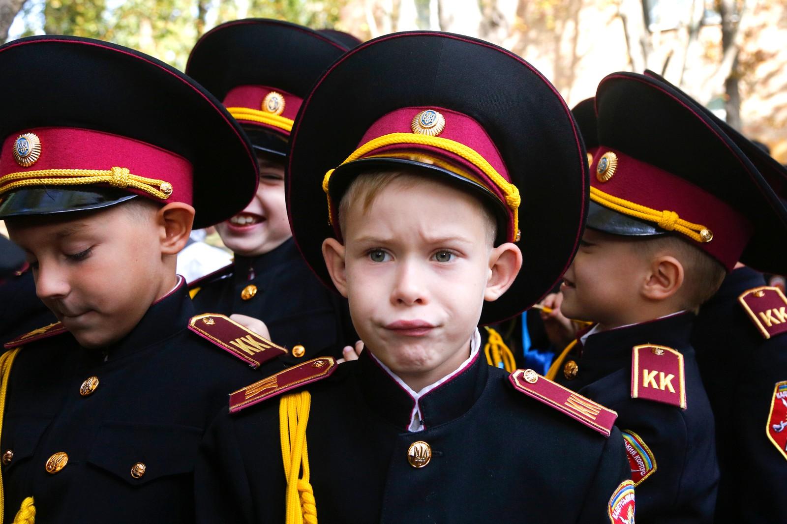 Unge kadetter markerer skolestart i Kiev i Ukraina.
