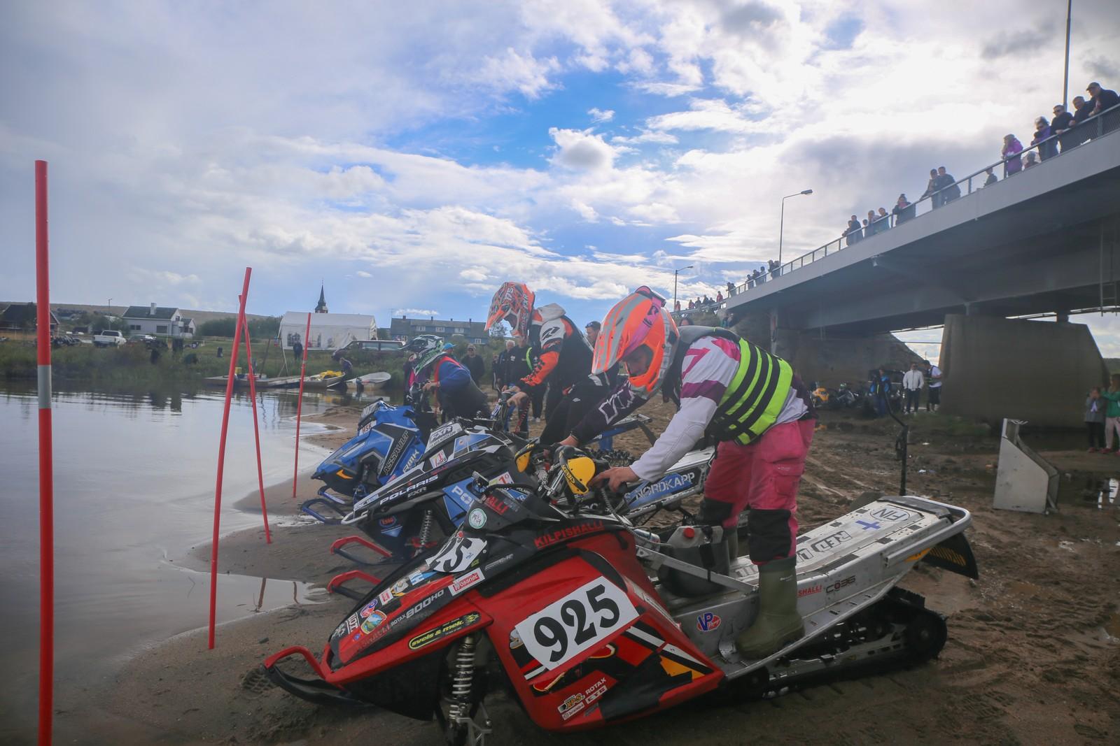 På startstreken i Drag Open-finalen. Fra høyre Niillas Joavnna Länsman, Joachim Olsen og Ståle Johannesen.