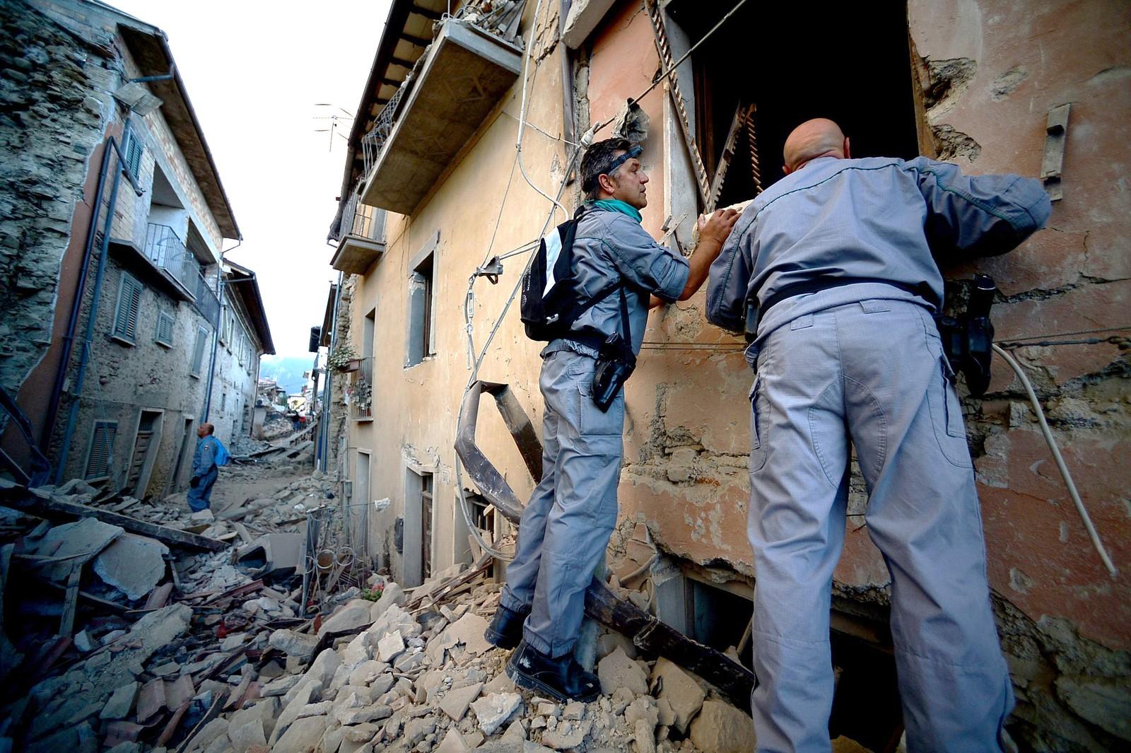 Redningsarbeidere søker i ruinene etter overlevende.