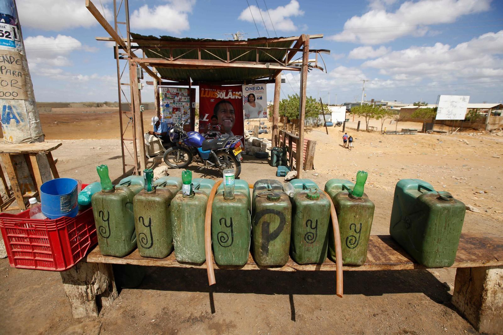 Victor Gonzalez selger bensin i Uribia, Colombia. Billig bensin fra Venezuela selges til dobbel pris nær grensa mellom de to landene.