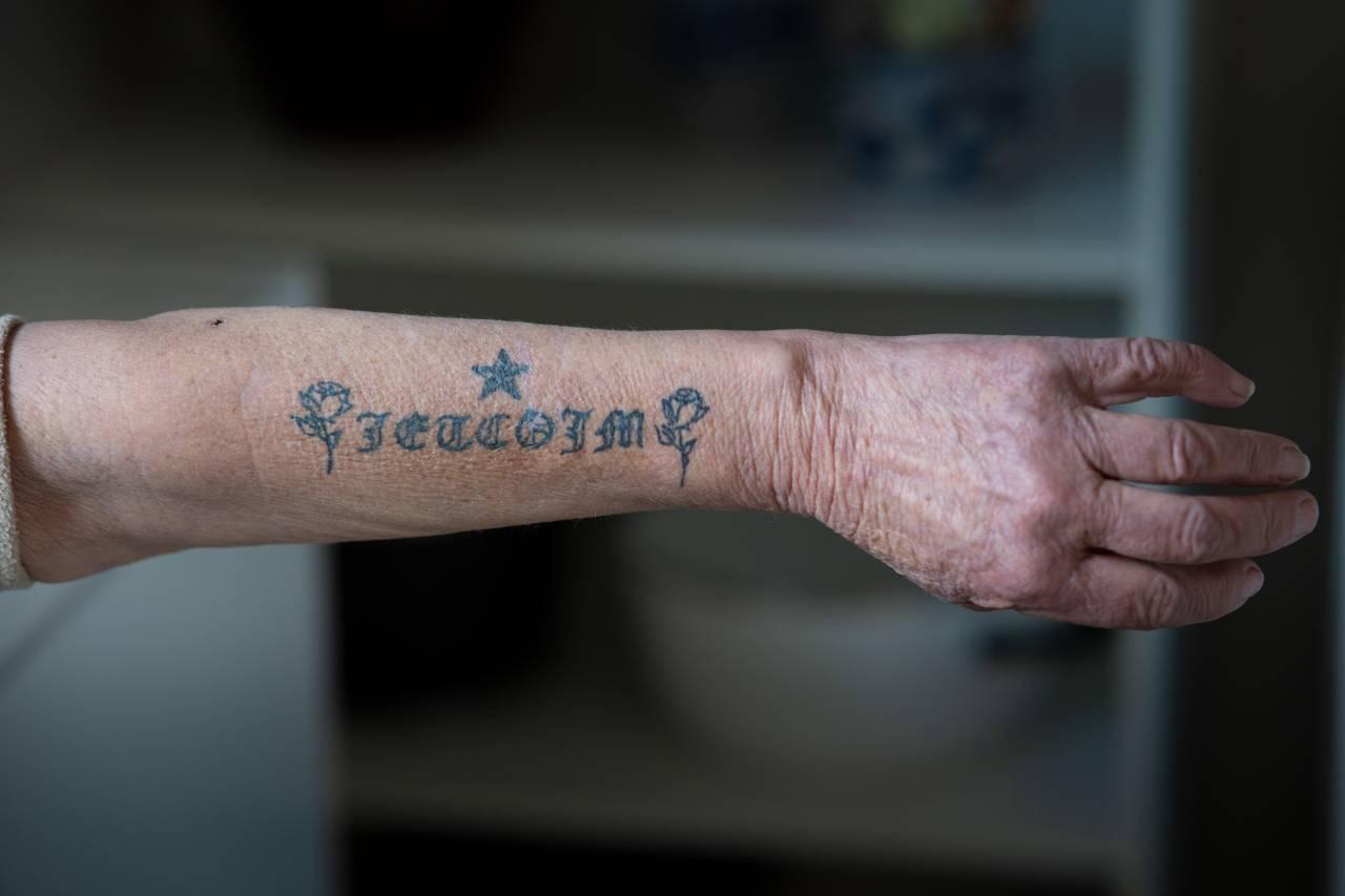 Else Mari og tatovering på armen