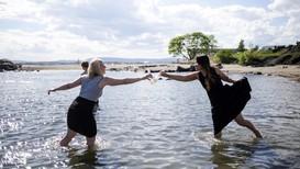 Agnese Kocere (blond), Lina Wang (mørkt hår), og Sam Terkelsen på Huk 24. mai 2017. - Foto: Patrick da Silva Sæther/NRK