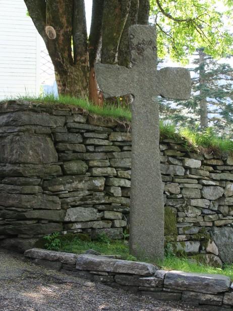 Krossen ved kyrkja i Eivindvik i 2006. Foto: Ottar Starheim, NRK.