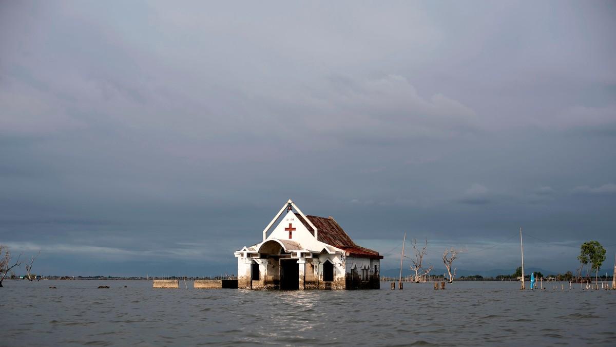 Nå har sjøvannet flommet inn i kirken ved Sitio Pariahan.