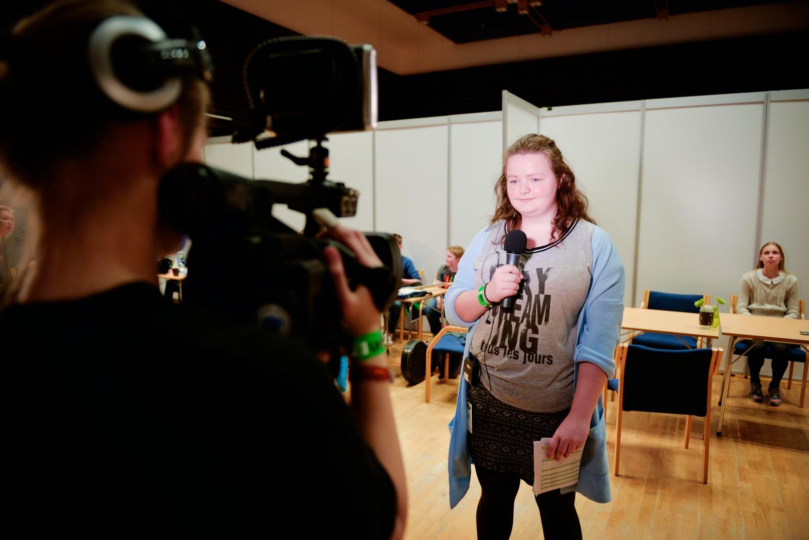 Lena Førde er ei av tre kvinner som losar deltakarar og publikum gjennom helgas UKM i Førde.