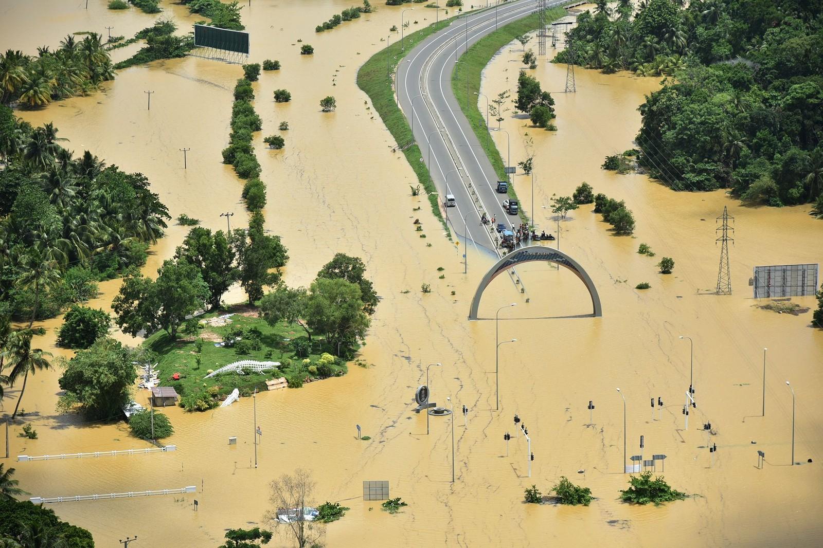 Ekstreme mengder monsunregn har ført til flom på Sri Lanka. Minst 91 mennesker skal ha mista livet og 110 er savna som følge av flommen og jordskred, ifølge myndighetene.