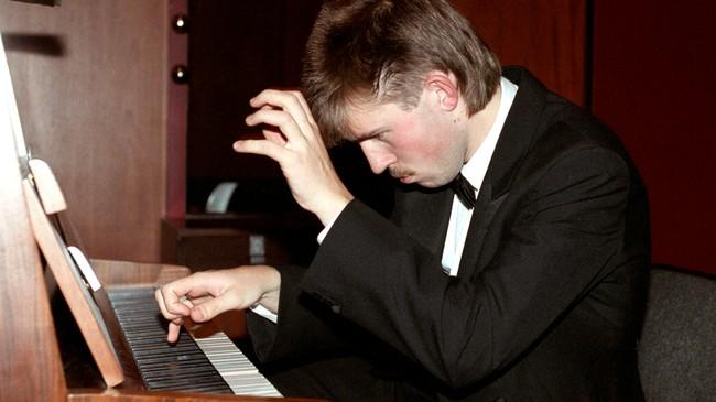 Pianisten Leif Ove Andsnes på scenen i Oslo konserthus, 1989 (Foto: Henrik Laurvik, NTB Scanpix)