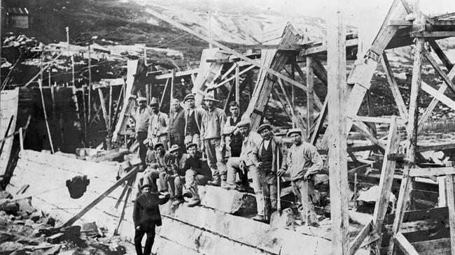 Frå bygginga av fabrikken i Vadheim. Ukjend fotograf. Eigar: Johan Ekehaug/Fylkesarkivet i Sogn og Fjordane.