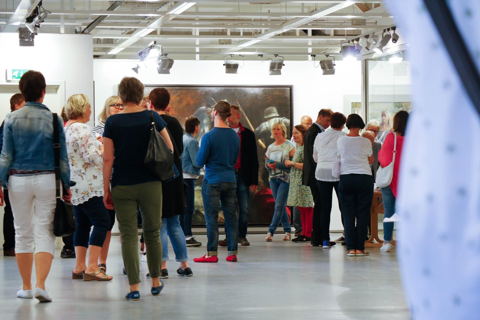 Svært mange hadde møtt opp til opninga av Vebjørn Sand si utstilling Individets val. Utstillinga er ei såkalla pop-up-utstilling og heng i tredje etasje på eit av dei store kjøpesentera i Førde.