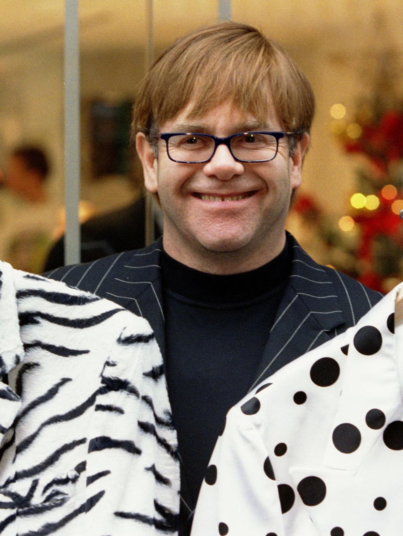 1997: Elton John selger si fargerike garderobe til inntekt for AIDS-stiftelsen sin 28. november.