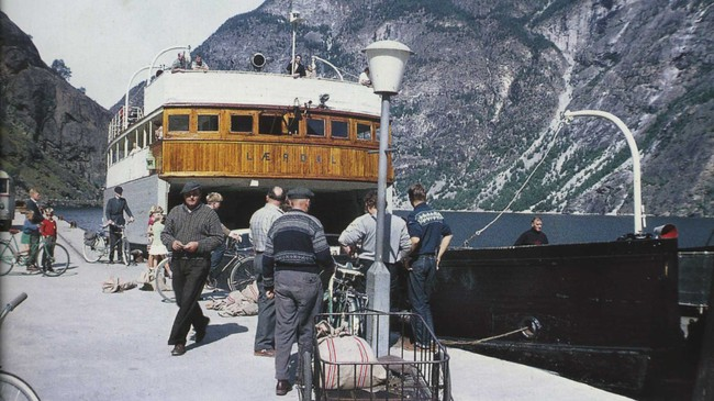 """Lærdal"" var den første ""skikkelege"" bilferja til Fylkesbaatane. Her er ferja ved kai i Lærdal ein gong rundt 1960. Eigar: Lærdal lokalhistoriske arkiv."