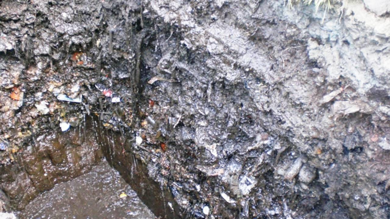 Utsnitt av sjakt i avfallsdeponiet på Slettebakken