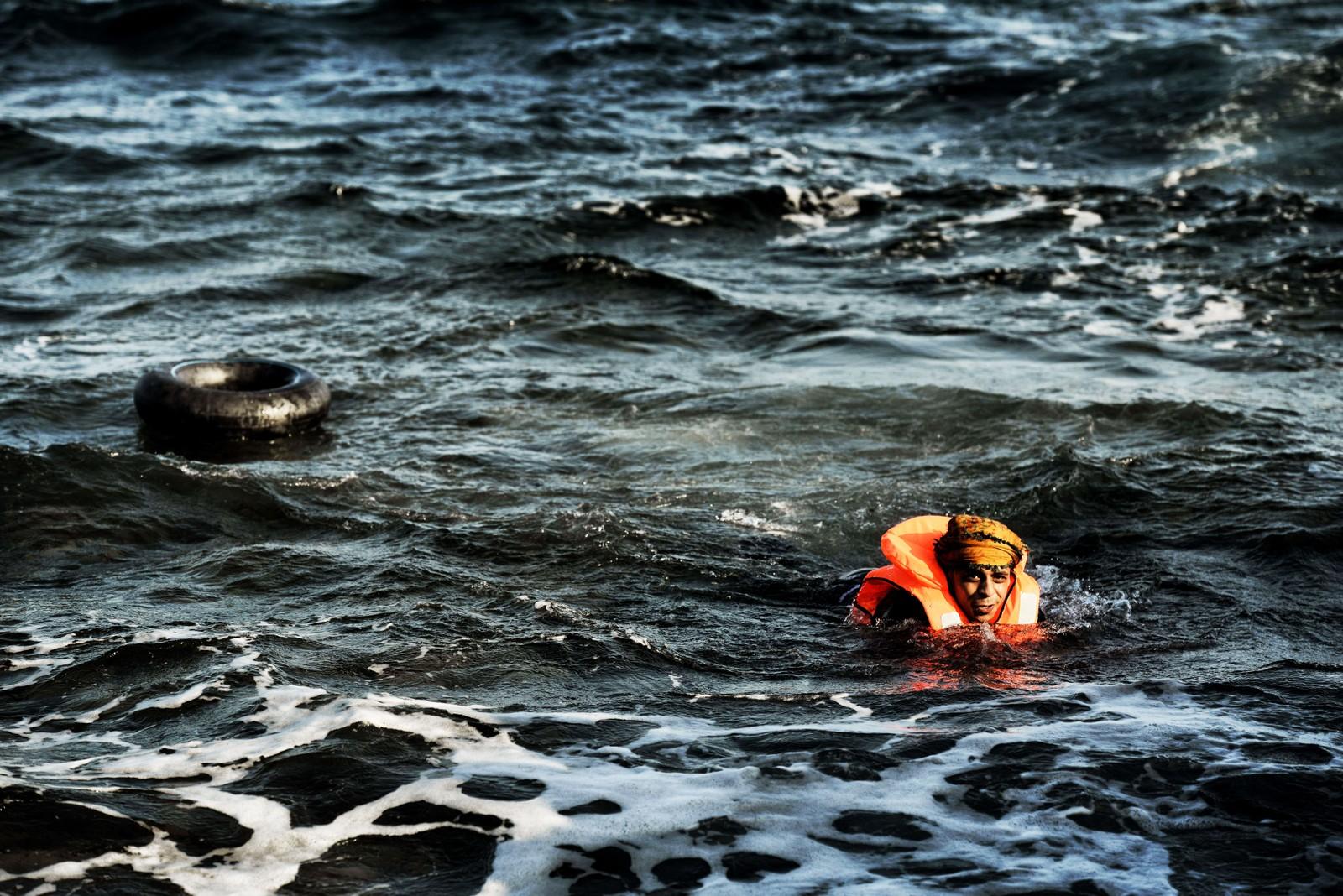 En mann svømmer i land på Lesvos 8. november 2015.
