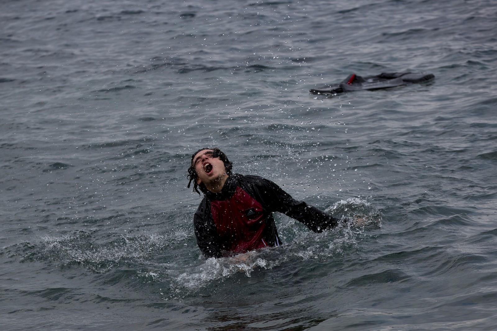 Denne mannen kjempet seg i land på den greske øya Lesvos etter å ha hoppet fra flåten han og flere andre brukte til å komme seg fra Tyrkia til Hellas. Over 260.000 har ankommet Hellas så langt i år.