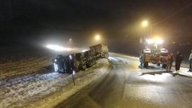Flere kjøretøy har sklidd utfor veien i dag. I 8-tiden kjørte et vogntog av veien i Trøndelag og flere vogntog sto fast ved Rissa.