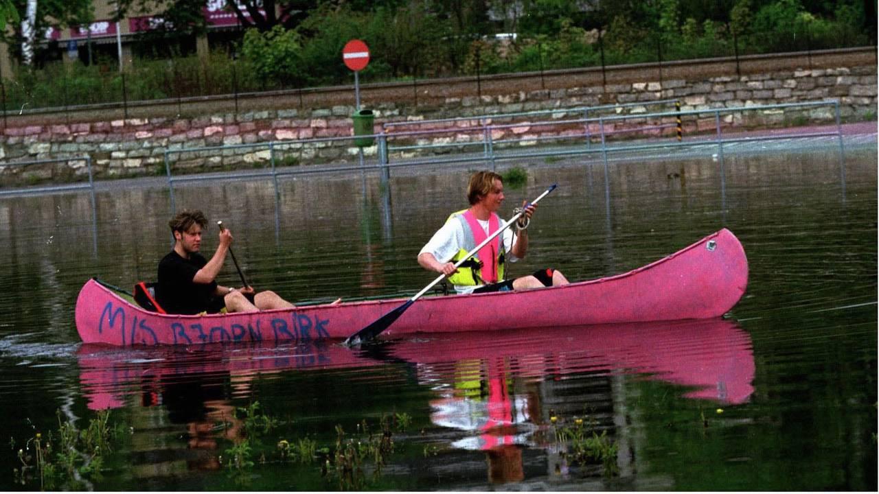 To ungdommer i kano på det som til vanlig er en parkeirngsplass i Hamar under flommen i 1995.