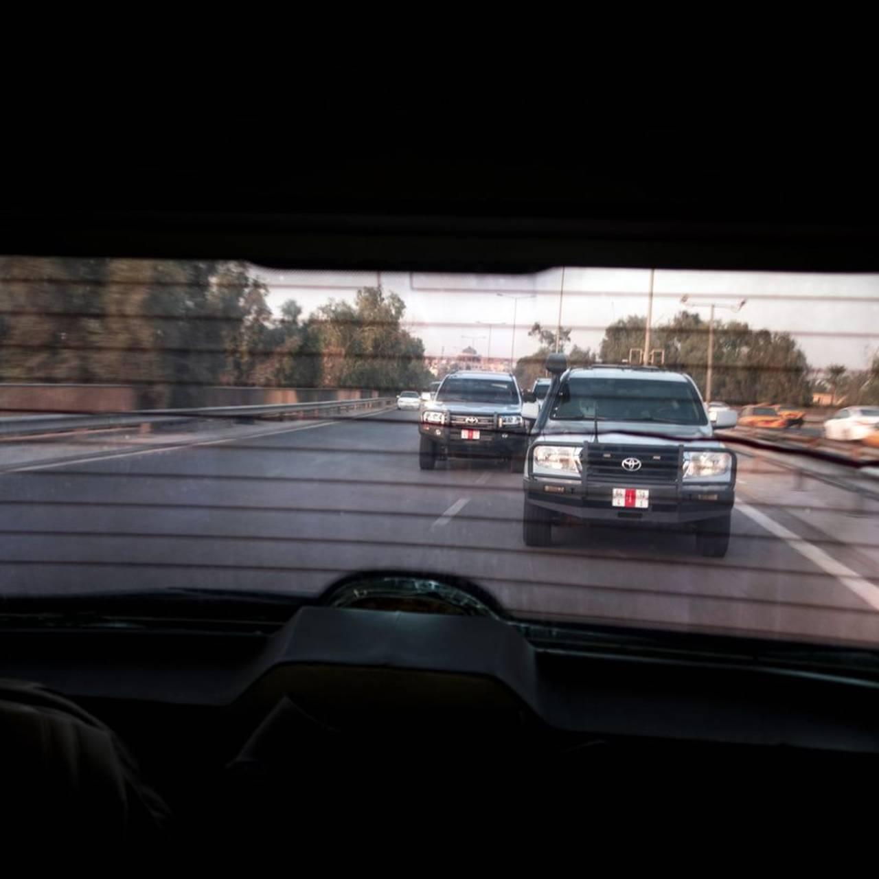 Eskorten med Erna Solberg på vei til Bagdad sentrum