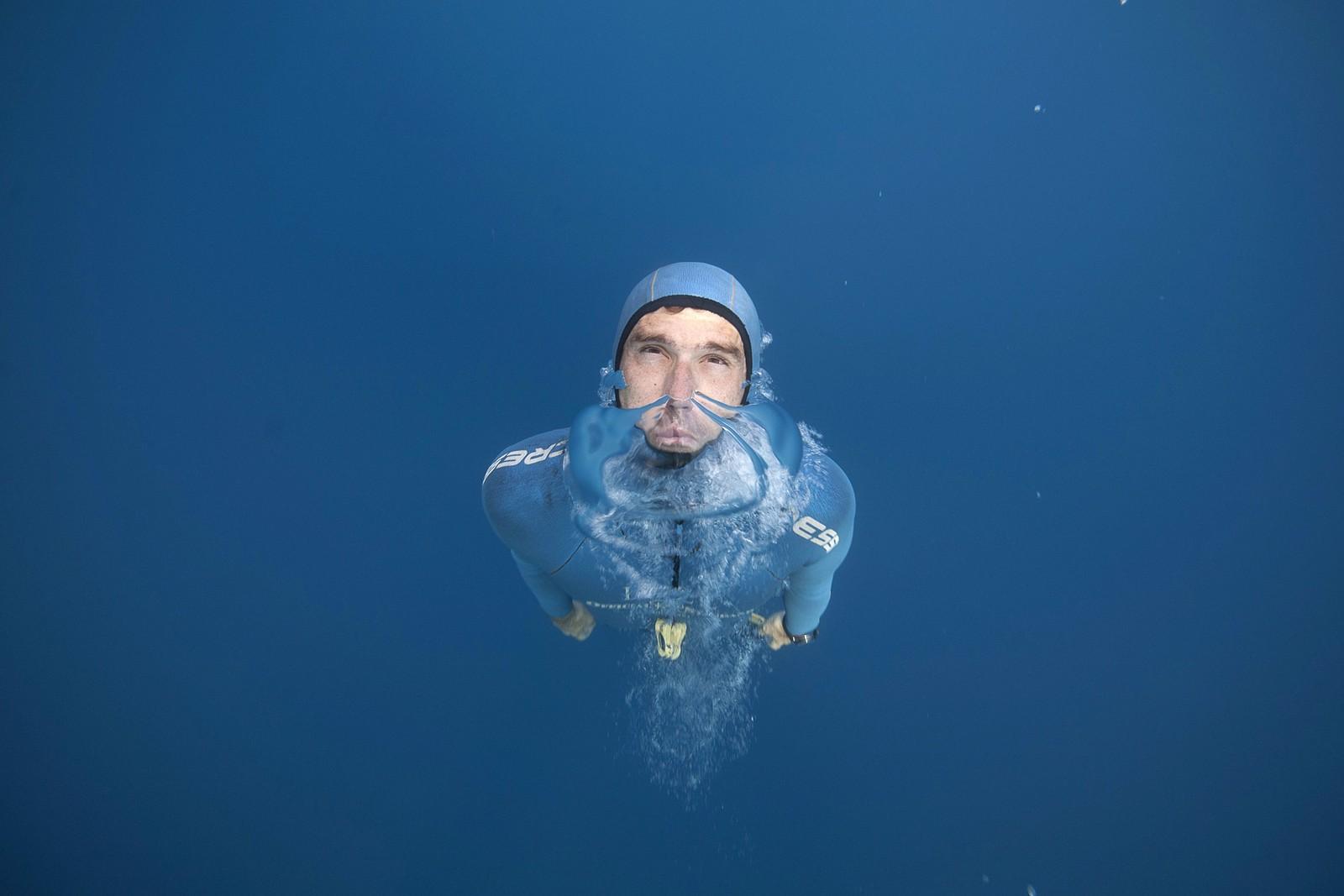 Den franske fridykkeren Guillaume Nery øver på å holde pusten under trening i havet utenfor Nice i Frankrike. Målet er en topplassering under VM i fridykking på Kypros i september.