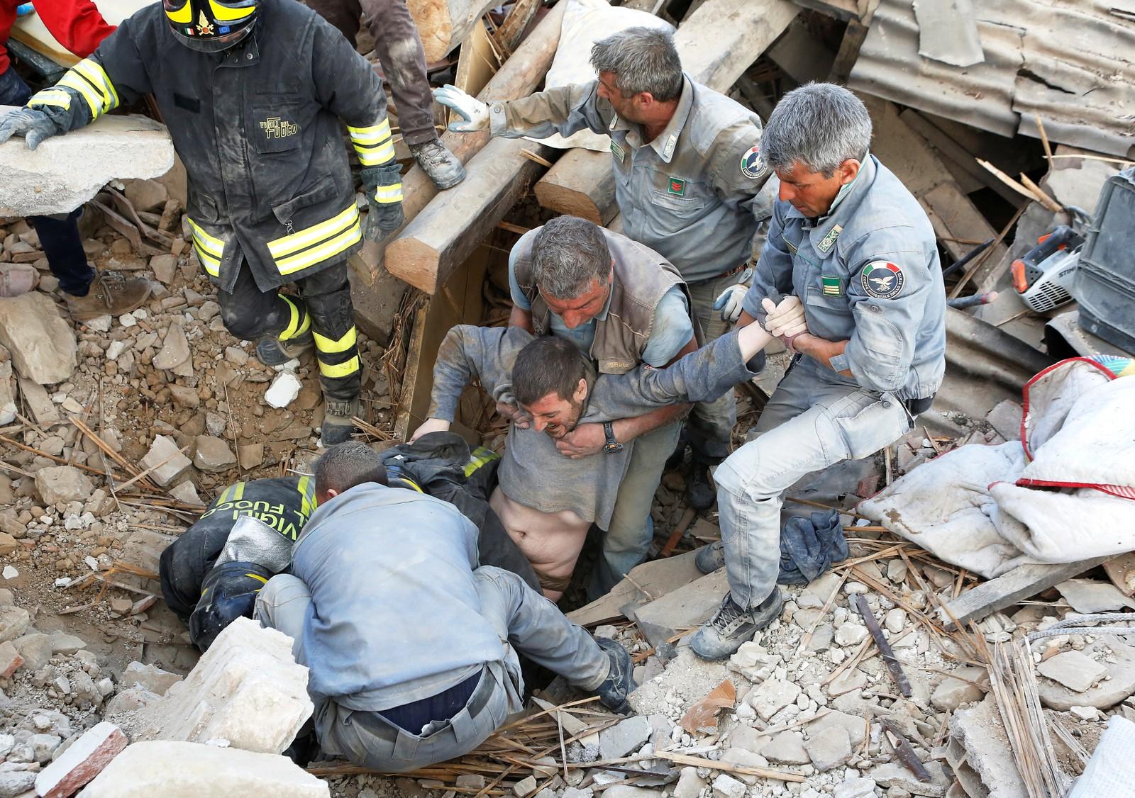 En mann reddes ut i live fra ruinene i Amatrice.