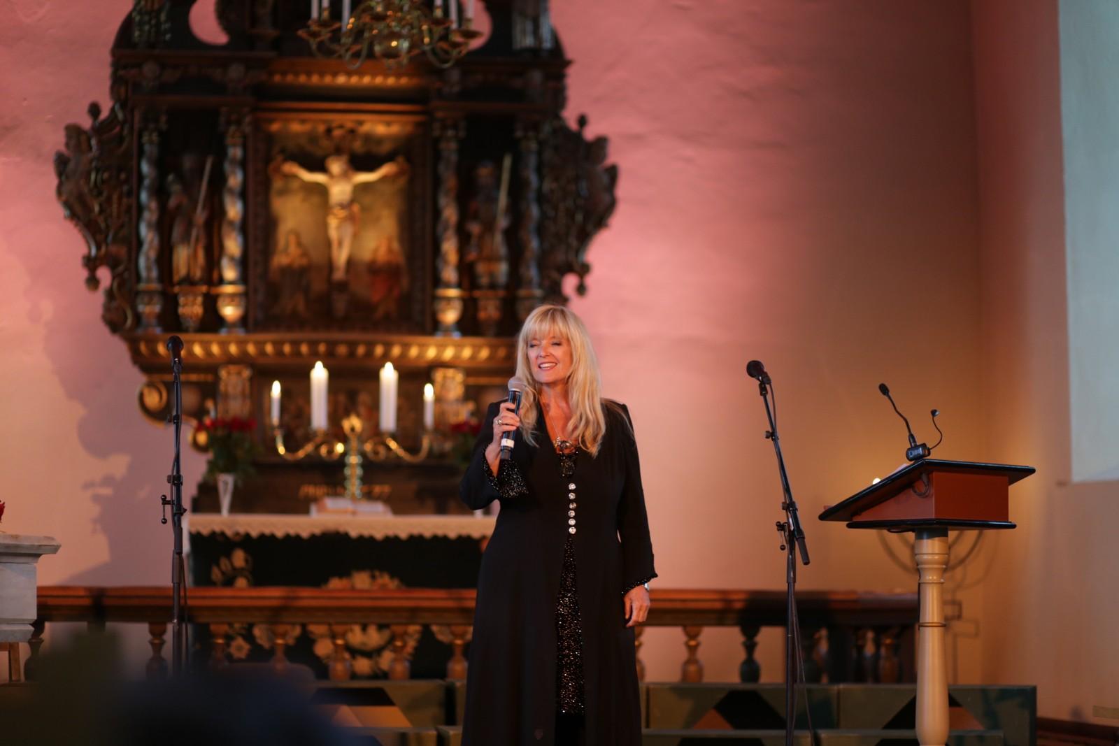 Hanne Krogh er konferansier under kirkekonserten.