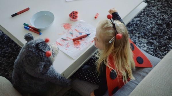 Norsk dramaserie. Tegningen. Lucy elsker å tegne, men uheldigvis tegner hun på bordet. Mamma sier hun må vaske det bort, men Lucy synes svampen er ekkel og har ikke noe lyst.