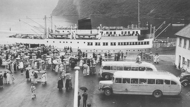Det var eit yrande folkeliv når «Sognefjord» la til kai i Høyanger på 1950-talet. Biletet er frå juni 1954. Foto frå biletsamlinga til Firda Sjåførforening.