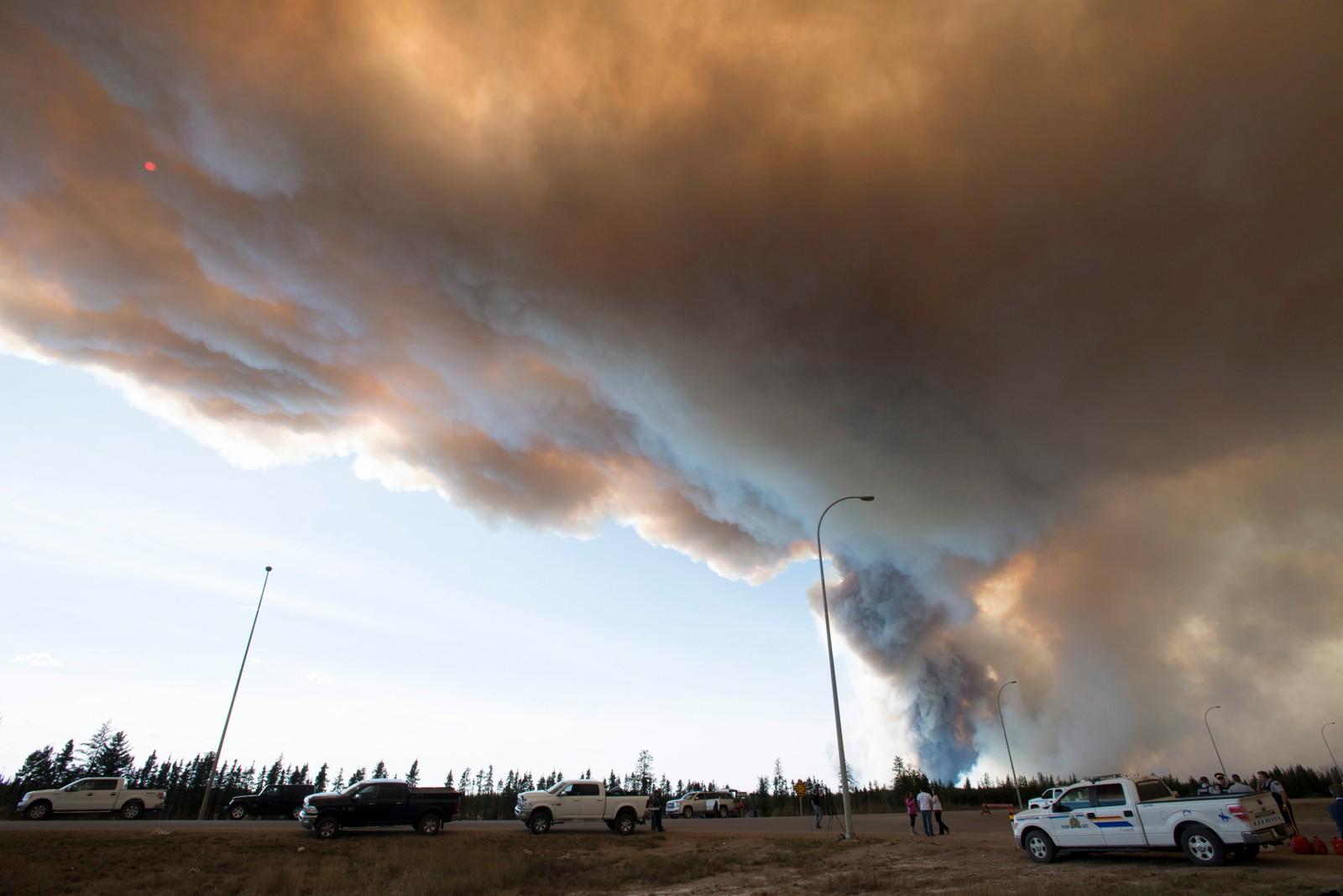 Skogbrannen raser rundt 30 km sør for Fort McMurray i Alberta, Canada. Bildet er tatt ved highway 63. Etter å ha brent i en uke er skogbrannen fortsatt ikke under kontroll og vil trolig bare fortsette å brenne i flere uker.