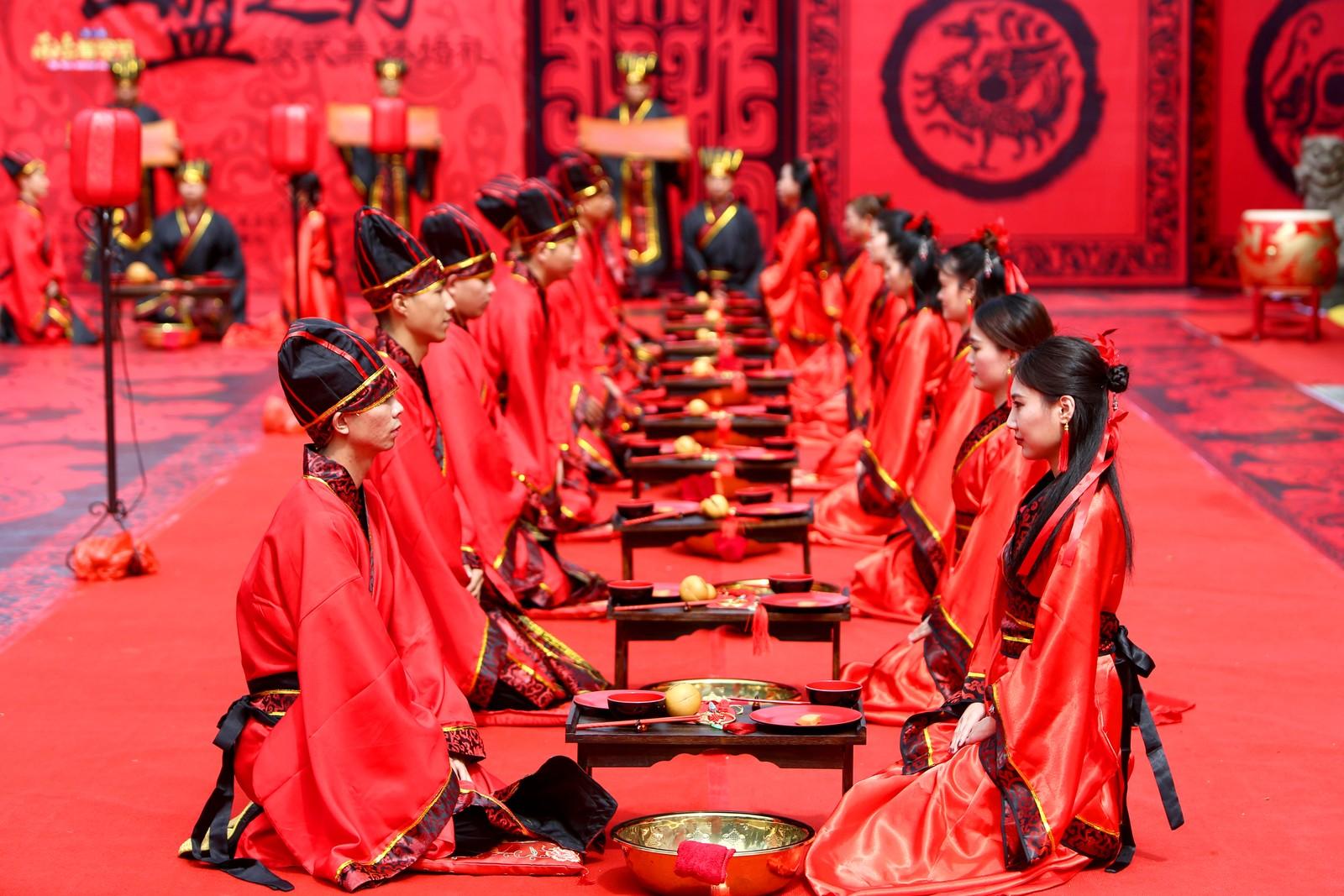 Hengyang: Par deltar på en tradisjonell bryllupseremoni under Qixi-festivalen, også kjent som den kinesiske valentinerdagen.