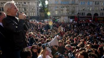 Julian Assange på demonstrasjon i London