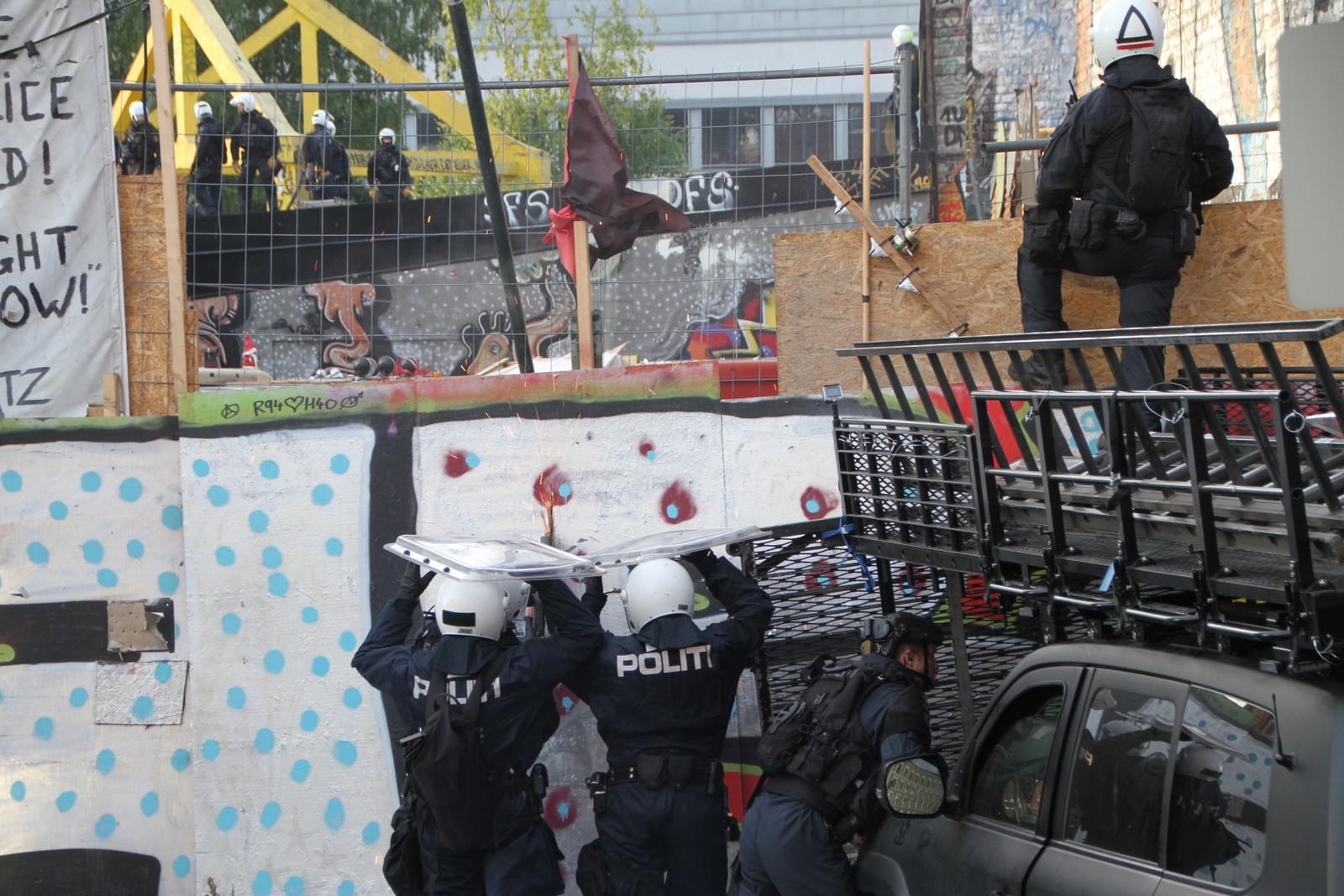 FJERNET OKKUPANTER I HAUSMANNSKVARTALET: Politiet aksjonerte mot Hausmanns gate 42 i 05.30-tiden onsdag morgen. Politiet brøt opp barrikaden, og 14 personer ble fjernet fra stedet.