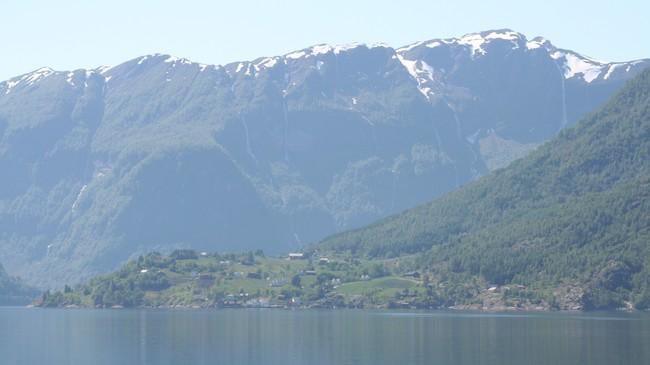 Nese i Arnafjorden. Raset kom ned fjellsida til høgre og trefte tunet på garden Nese. Foto: Ottar Starheim, NRK.