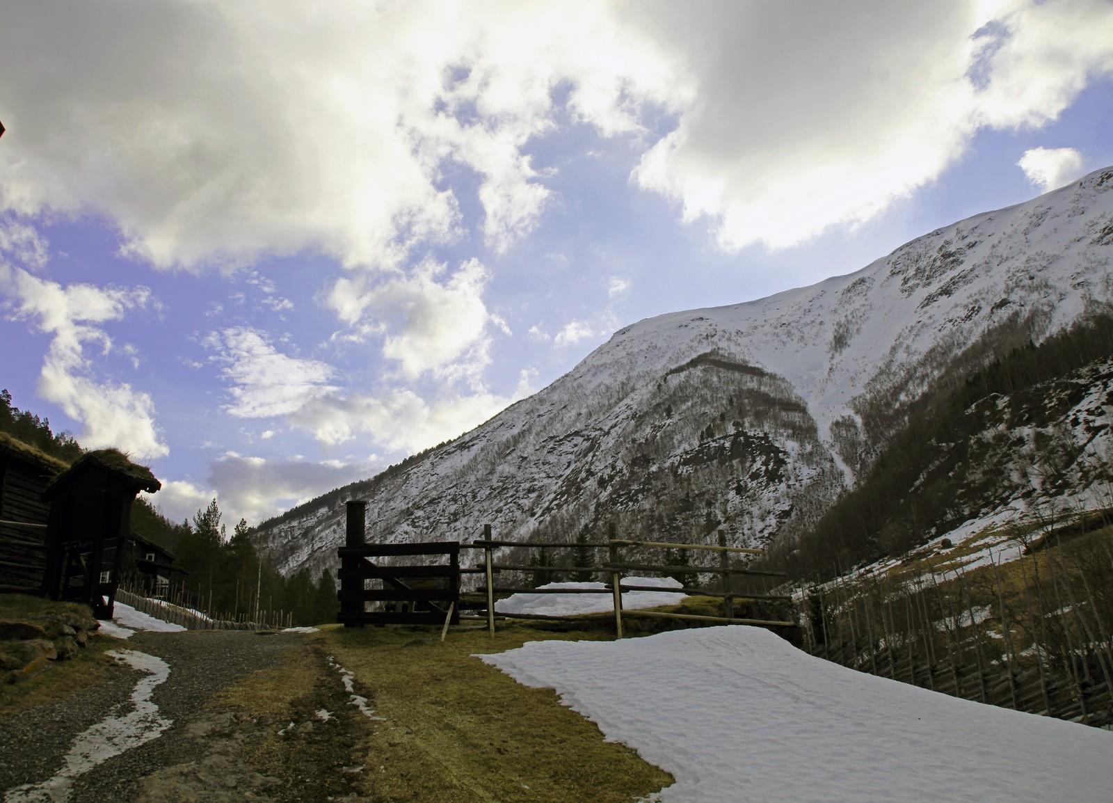 - Det er så idyllisk her i dalen, at det blir for kjedelig, sier den lokale krimforfatteren Ragnhild Kolden.