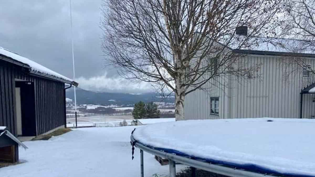 Snødekt trampoline og bakke på Tynset 4.mai 2021.