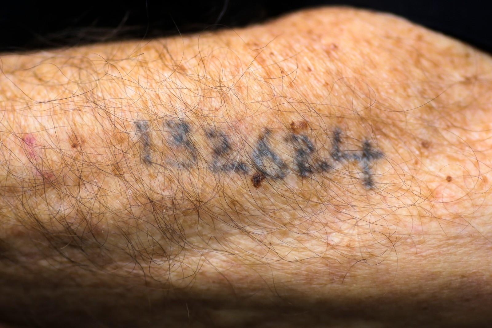 Leon Schwarzbaum overlevde Auschwitz, men er merka for livet. Denne uka var han tilstede da den tidligere SS-vakten Oskar Groening ble dømt til fire års fengsel.