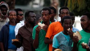 Sørsudanesiske flyktninger i matkø i Tel Aviv