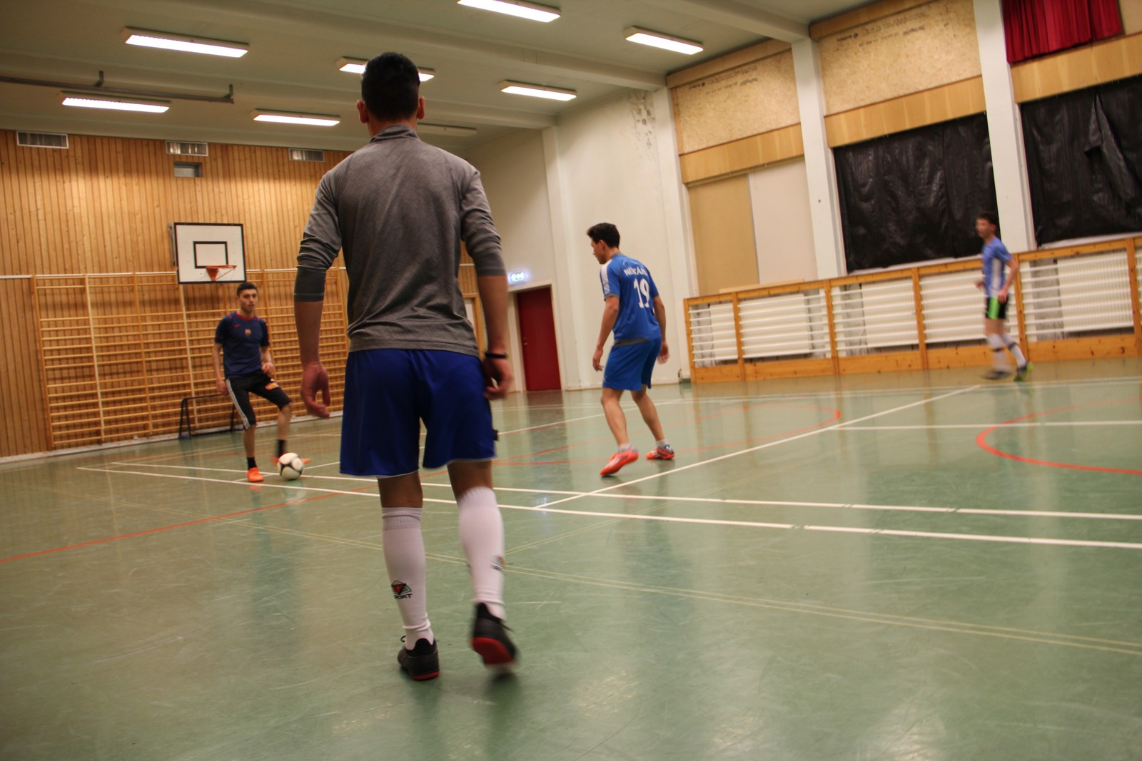 TERAPI: Mange av ungdommene NRK ble kjent med på Gibostad forteller at aktivitet, som blant annet fotball, er terapi for å få bort vonde tanker.