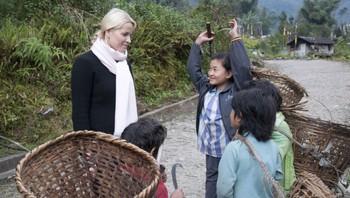 Kronprinsessa snakkar med barn