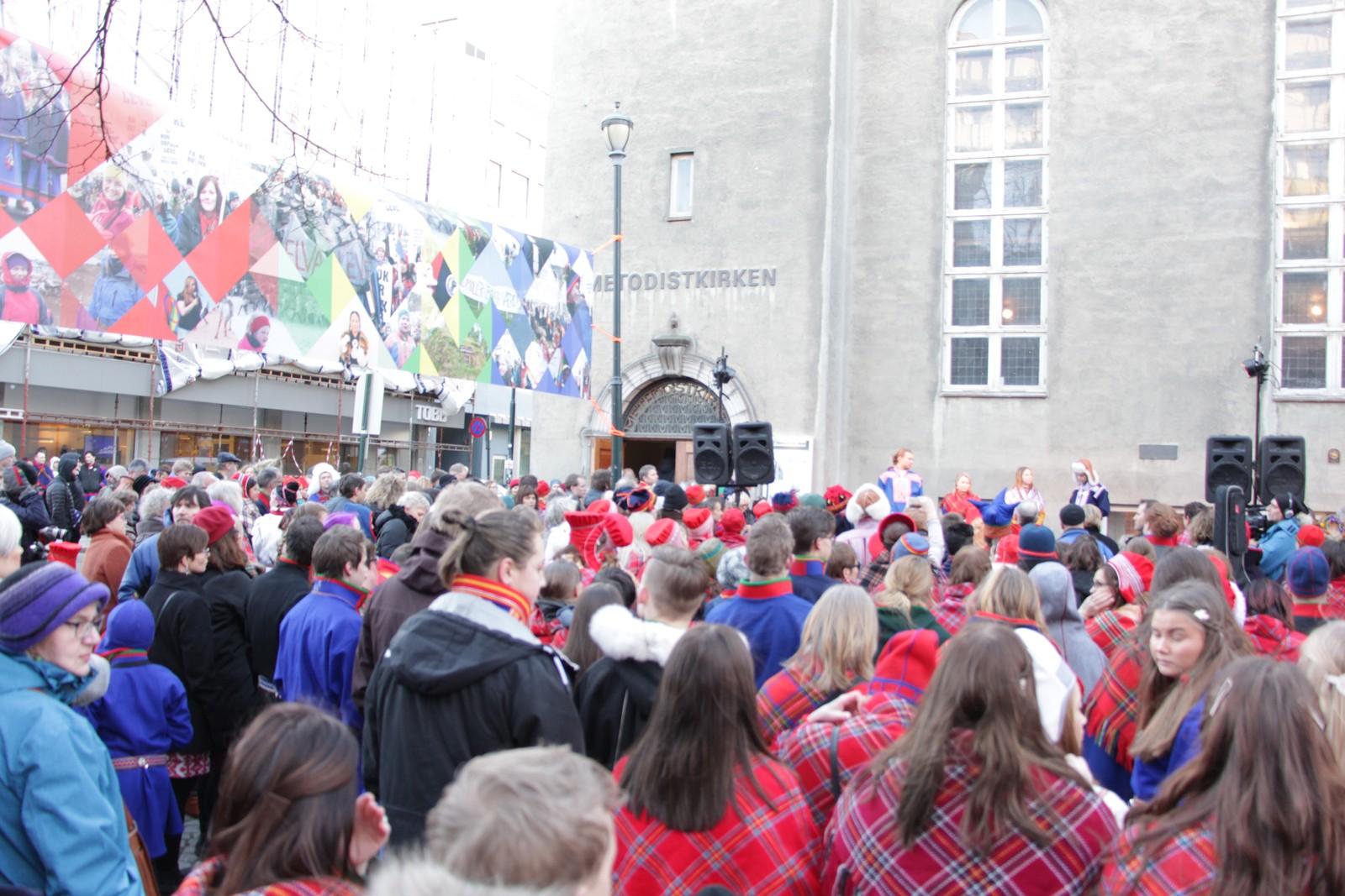 For nøyaktig 100 år siden åpnet det samiske allmøtet initiert av Elsa Laula Renberg her, i Metodistkirken i Trondheim. De fire unge samiske veiviserne fikk æren av åpne markeringen.