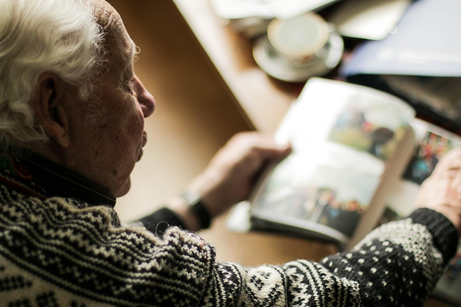 1990-ÅRENE: Birger viser frem bilder fra den gang Ivan kom på besøk til Norge i 90-årene.