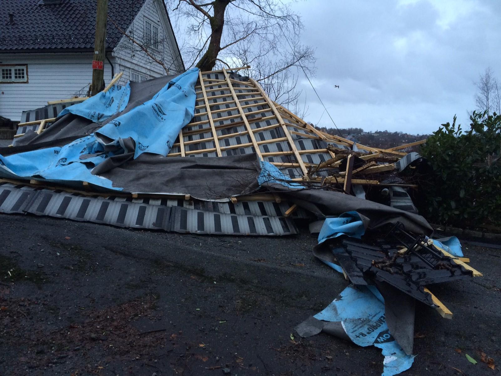Her ligger taket på huset til distriktsredaktør Unni Arnøy i NRK Hordaland.