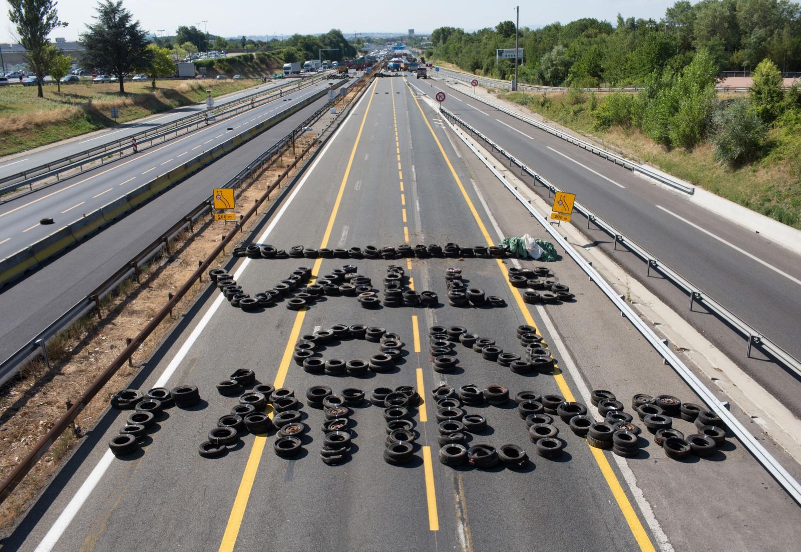 «Valls, vi venter på deg.» Meldingen er til statsminister Manuel Valls, og er skrevet med bildekk på motorveien utenfor Lyon.
