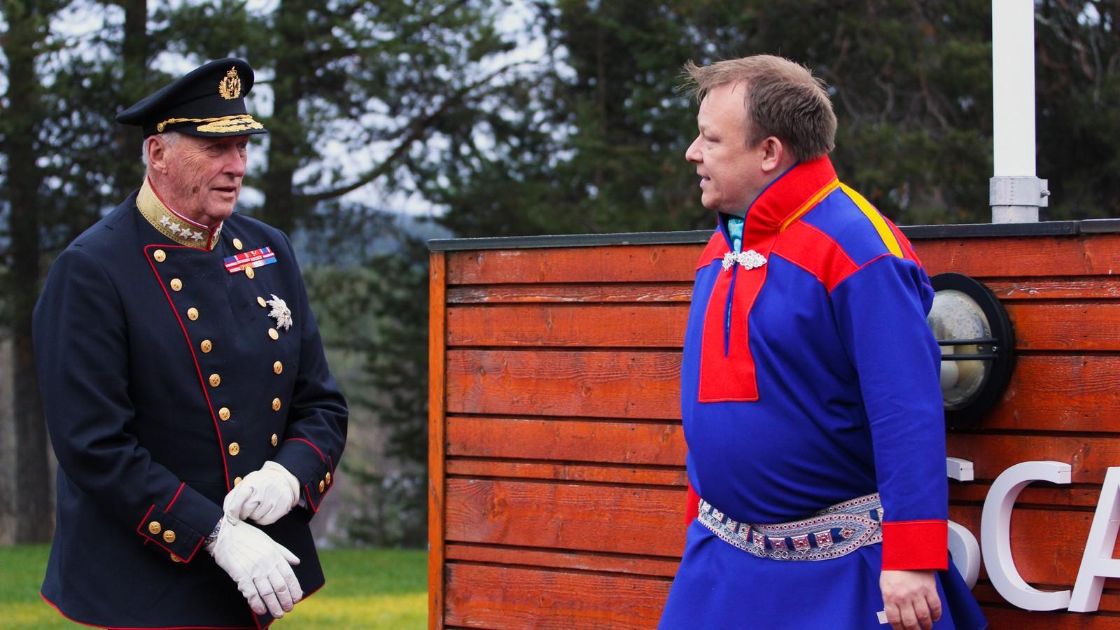 Hotelldirektør John Arne Mathiesen slår av en prat med Hans Majestet Kong Harald V.